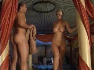 Милая блондинка с большой грудью трахается с мужчиной