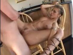 Видео секс - трахают блондинку, худую и зрелую, во все дыры