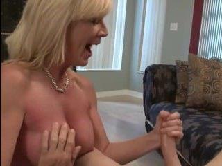 Зрелая женщина дрочит член молодому, выпуская сперму