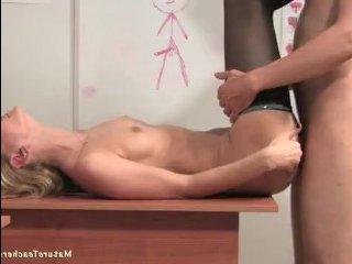 Мама хочет секса и соблазняет на уроке студента