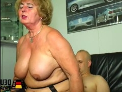 Лысый мужик ебет зрелую бабушку и кончает ей в пизду