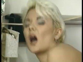 Зрелая блондинка показывает пизду и трахается анально