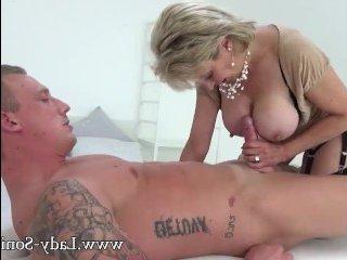 Старушка делает минет татуированному парню
