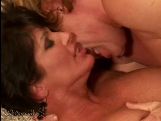 Порно зрелых женщин брюнеток с горячими и красивыми любовниками