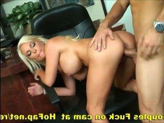 зрелая блондинка с сиськами приличного размера ебется