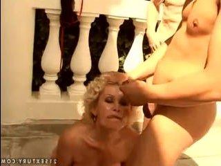 Взрослая блондинка любит сосать члены в большом количестве