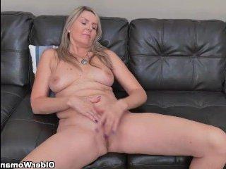 Шикарная блондинка мастурбирует на кастинге
