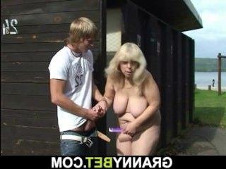 Толстая мама трахается с сыном на открытом воздухе