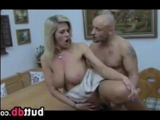 Блондинка с большой натуральной грудью трахается в попу