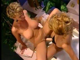 Белокурая лесбиянка жестко трахает страпоном свою подругу