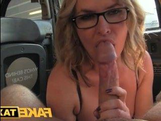 Блондинка отсосала водителю член и потрахалась с ним в пизду