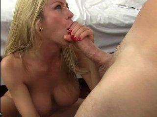 Блондинка с шикарной грудью довела недотрогу до оргазма