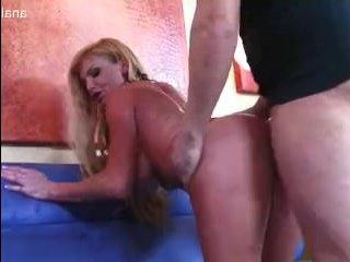 Сексуальная зрелая жена-шлюха трахается с мужем