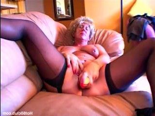 Парень ебет толстую женщину, после чего спускает сперму ей в рот