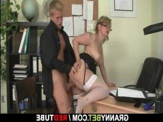 Парень устроил секс в офисе со зрелой директрисой