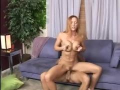 Качественное порно зрелых шлюшек, которые сосут большие члены молодых парней