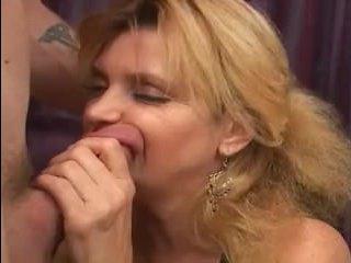 Порно в контакте: мамаша заполучила член одинокого соседа