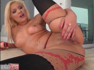 Блондинка дрочит большой клитор, видео отснято в отличном качестве