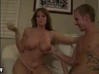Женщина занимается любовью с молодым парнем своей дочери