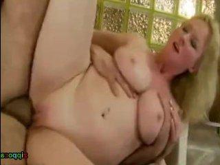 Толстая блондинка с большими сиськами трахается на диване