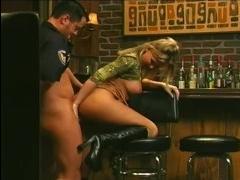 Коп трахает блондинку в выбритую киску прямо в баре