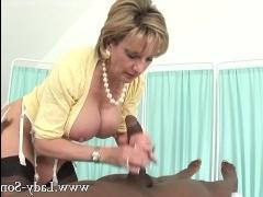 Сексуальная зрелая баба дрочит член молодому негру