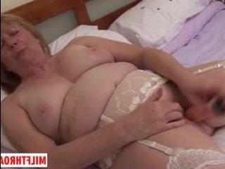 Толстая белая баба показывает пизду и трахает ее фаллоимитатором