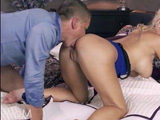 Симпатичная блондинка и ее парень эротично трахаются на кровати