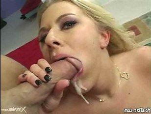 Белокурая девушка в чулках с большой попой насаживается на толстый хуй