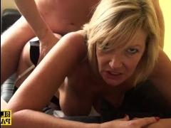 Для полного расслабления после рабочего дня мужчина устроил себе секс со зрелой блондинкой