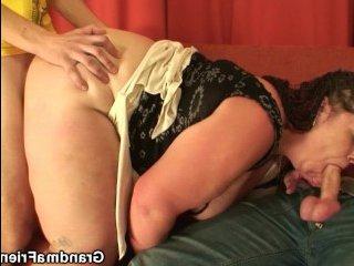 Толстая жопа брюнетки нашла приключение в виде секса втроем