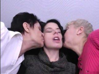 Видео о лесби. Бабушка, мама, дочь и кожаный диван: самый развратный секс