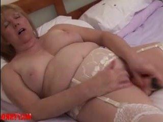 Вагины зрелых толстух: мастурбация закончилась безумным оргазмом телочки