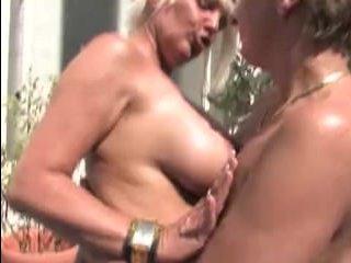 Зрелые блондинки ласкают друг друга на летней террасе