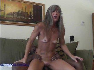 Жаркое порно стройной женщины с темнокожем мужем