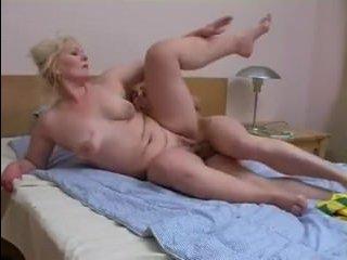 Мама блондинка и сын занимаются сексом