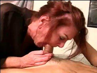 Полная зрелая сучка, у которой большие сиськи, трахается со слесарем