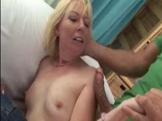 Усатый мужик трахает зрелую толстую женщину на диване