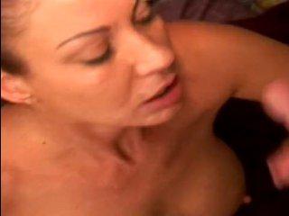 Зрелая баба сосет большой член мужика и получает сперму на лицо
