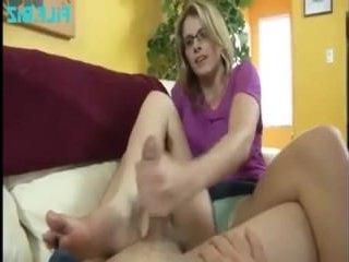 Раскованная блондинка сосет и глотает сперму сына