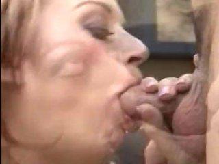 Молодой парень ебет маму друга в задницу и заливает сучку спермой