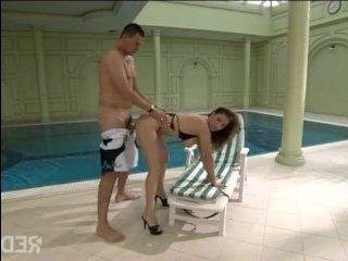 Блондинка раздвигает пизду у бассейна для секса