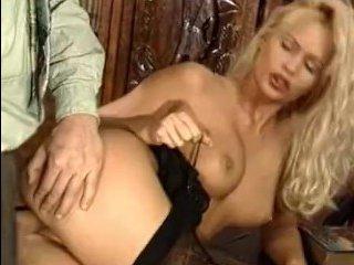 Порно зрелых: пилотки сексуальных блондинок заводят мужчин на страстный секс