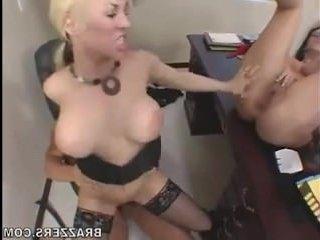 Блондинка с большой грудью трахается в пизду