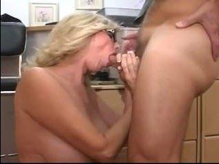 Жесткий начальник трахает даму в офисе и кончает на сиськи
