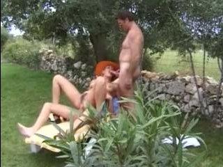 Зрелая жена участвует в групповухе и дает себя выебать в анал