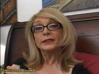 Блондинка в очках дрочит и сосет хуй