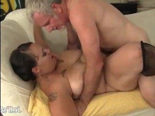 Зрелый мужик устроил секс с любовницей после работы