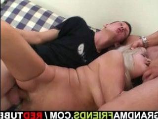 Старую бабу ебут двое мужиков и кончают на лицо