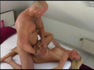 Мужик занимается горячим сексом с немкой блондинкой